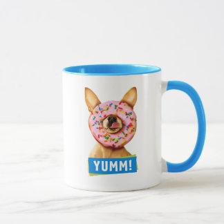おもしろいなチワワ犬はとの鼻のドーナツを振りかけます マグカップ