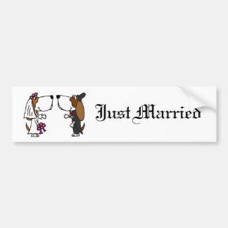 おもしろいなバセットハウンドの新郎新婦の結婚式の芸術 バンパーステッカー
