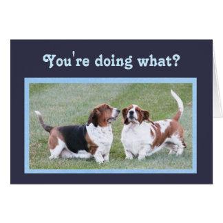 おもしろいなバースデー・カードw/Cuteのバセット犬およびケーキ カード