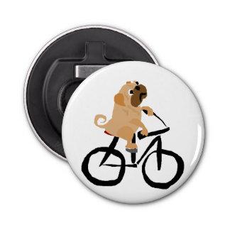 おもしろいなパグの小犬の乗馬の自転車 栓抜き