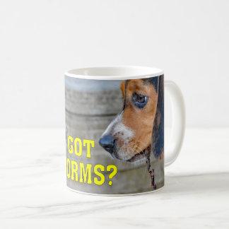 おもしろいなビーグル犬の子犬によって得られるみみずか。 コーヒーマグカップ