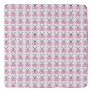 おもしろいなピンクのイースターのウサギ トリベット