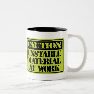 おもしろいなマグ: 仕事の注意の不安定な材料 ツートーンマグカップ