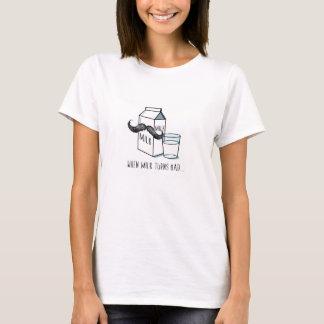 おもしろいなミルク及び口ひげ-女性の白いTシャツ Tシャツ