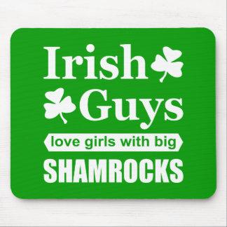 おもしろいな大きいシャムロックを持つアイルランドの人愛女の子 マウスパッド