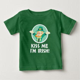 おもしろいな小妖精は私によってがアイルランドのパトリキウスである私に接吻します ベビーTシャツ