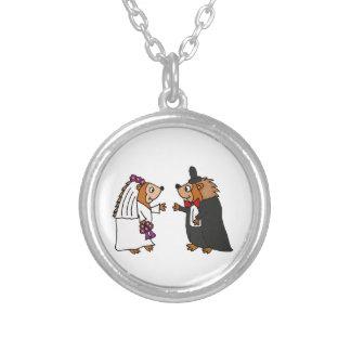おもしろいな新郎新婦のハリネズミの結婚式の芸術 シルバープレートネックレス