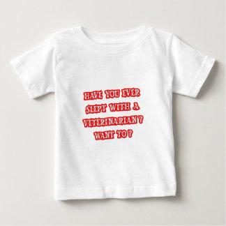 おもしろいな獣医の積み込みライン ベビーTシャツ