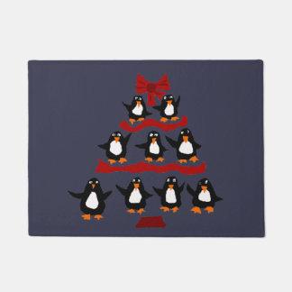 おもしろいな踊りのペンギンのクリスマスツリー ドアマット