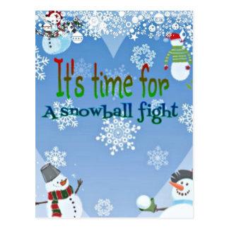 おもしろいな雪だるまの雪玉の戦いのクリスマスのギフト ポストカード