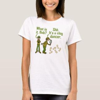 おもしろいなCloggerの足音の漫画 Tシャツ