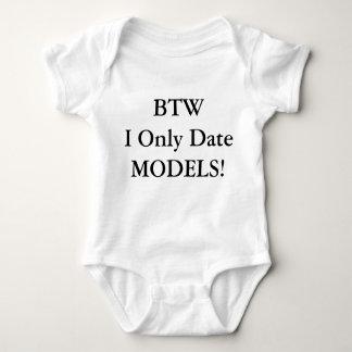 おもしろいなIの日付だけベビーのためのTシャツを模倣します ベビーボディスーツ