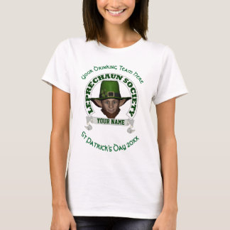 おもしろいのかわいい小妖精の名前入りなセントパトリックの日 Tシャツ