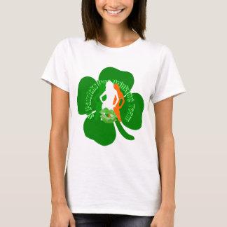 おもしろいのアイルランドに女の子のSt patricks dayの飲むこと Tシャツ