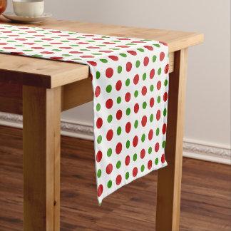 おもしろいのクリスマスの赤およびマツ緑の水玉模様 ショートテーブルランナー