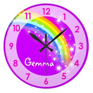 おもしろいは女の子の虹の名前の紫色の柱時計をからかいます クロック