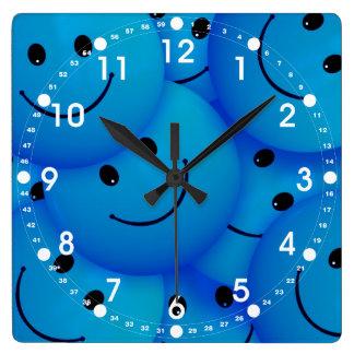 おもしろいは幸せで青いスマイリーフェイスを冷却します スクエア壁時計