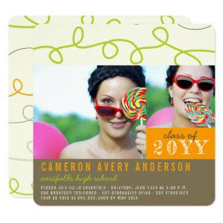 おもしろいは走り書きの卒業の写真のパーティーの招待を輪にします カード