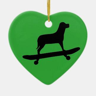 おもしろい犬のスケートボーディング-犬のクリスマスのオーナメント セラミックオーナメント