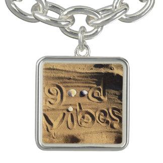 """おもしろい、ビーチの砂の写真で描かれる""""よい感情""""の引用文 チャームブレスレット"""