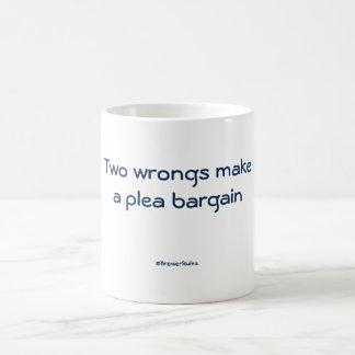 おもしろマグカップ: 2つの悪事は司法取引を作ります コーヒーマグカップ