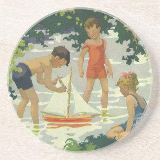 おもちゃのヨットの夏の池を遊んでいるヴィンテージの子供 コースター