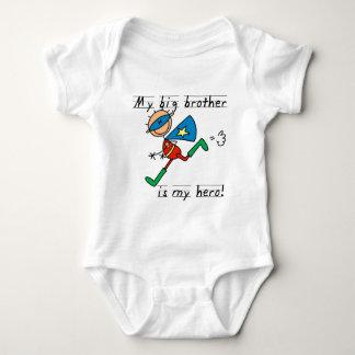 お兄さんの英雄のTシャツおよびギフト ベビーボディスーツ