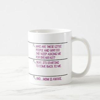 お母さんのカフェインの消費の間の精神状態 コーヒーマグカップ