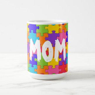 お母さんのカラフルなジグソーパズルは幸せな難問を継ぎ合わせます コーヒーマグカップ