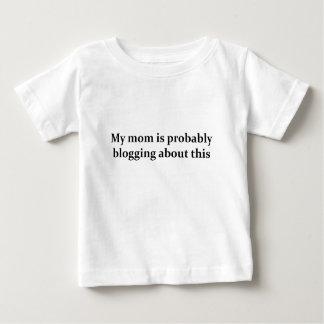 お母さんのブロガーの子供 ベビーTシャツ