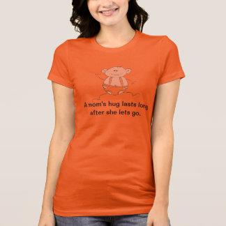 お母さんの抱擁は彼女が行くために割り当てた後長く持続します Tシャツ