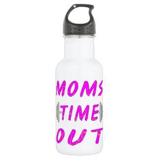 お母さんはバーベルを時間を計ります ウォーターボトル