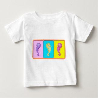 お洒落なタツノオトシゴのデザイン ベビーTシャツ