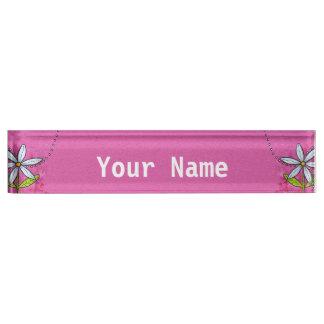 お洒落な白いデイジーの花のピンク デスクネームプレート