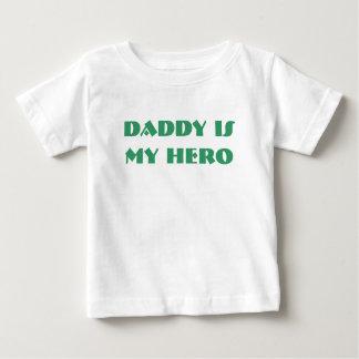お父さんは私の英雄です ベビーTシャツ