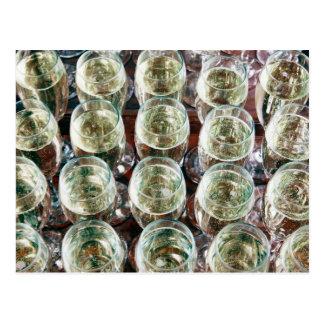 お祝いのテーブルのシャンペンのガラス ポストカード