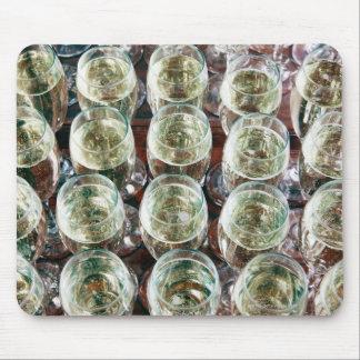 お祝いのテーブルのシャンペンのガラス マウスパッド