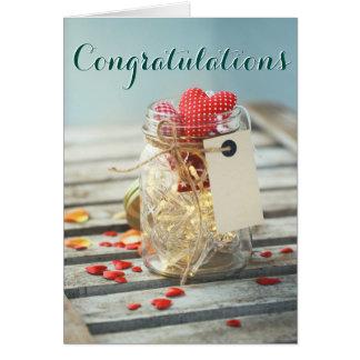 お祝いの甘く素朴な瓶の花びらのハート カード