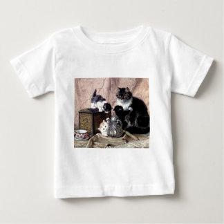 お茶会の旧式な絵画を遊んでいる猫の子ネコ ベビーTシャツ