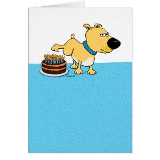 お誕生日ケーキで小便をするおもしろい犬 カード