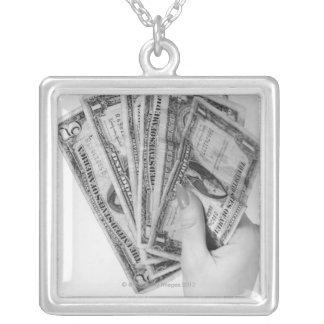 お金を握っている女性 シルバープレートネックレス