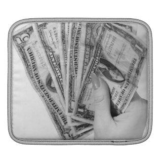 お金を握っている女性 iPadスリーブ