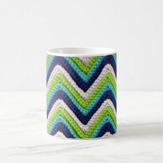 かぎ針編みのシェブロンの青いマグ コーヒーマグカップ