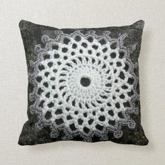かぎ針編みのレースの枕 クッション