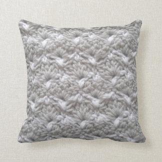 かぎ針編みの貝ステッチの灰色か白いヤーンの技術 クッション