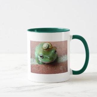 かたつむりの帽子を持つカエル マグカップ