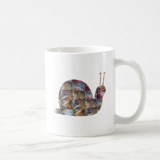 かたつむりは無線電信を、見ますそれらのアンテナを使用します コーヒーマグカップ