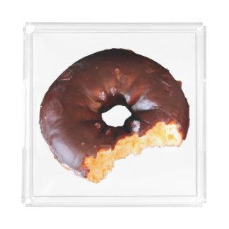 かみ傷が付いているチョコレートによって曇らされるイエロケーキドーナツ アクリルトレー