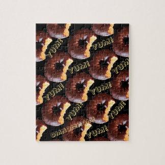 かみ傷が付いているチョコレートによって曇らされるイエロケーキドーナツ ジグソーパズル