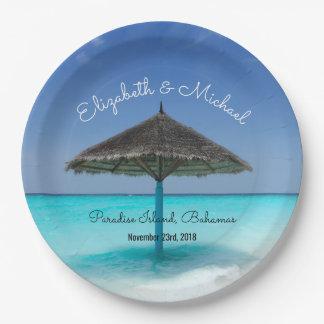 かやぶきにされた傘の結婚式の熱帯ビーチ ペーパープレート